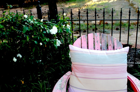pink chair:white roses